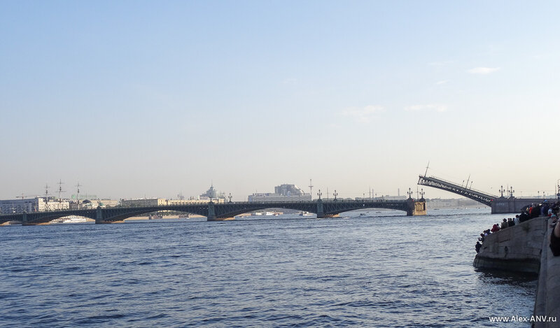Почти одновременно с Дворцовым начали разводить Троицкий мост. Благовещенский наверняка тоже развели, но с моей точки его не видно.