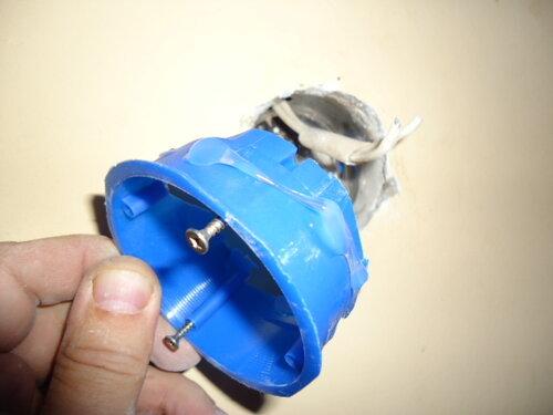 При ремонте розеток частенько использую силикон. Привычка, понимаешь!