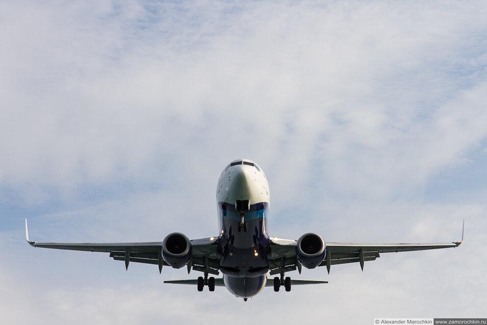 Самолёт, заходящий на посадку в Керкире, Корфу, Греция