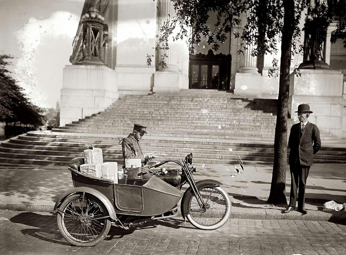 Почтальон на мотоцикле с коляской занимается доставкой почты (Вашингтон, 1924 год)