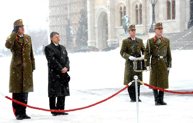 Március 15. - Felvonták a nemzeti lobogót a Kossuth téren