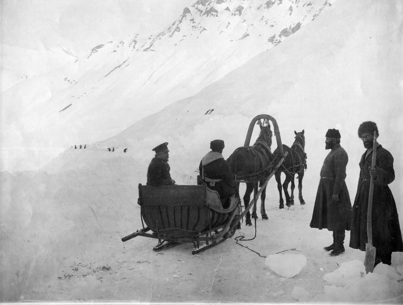 Гудаур. Сани, запряженный цугом для прохода по снежным участкам дороги