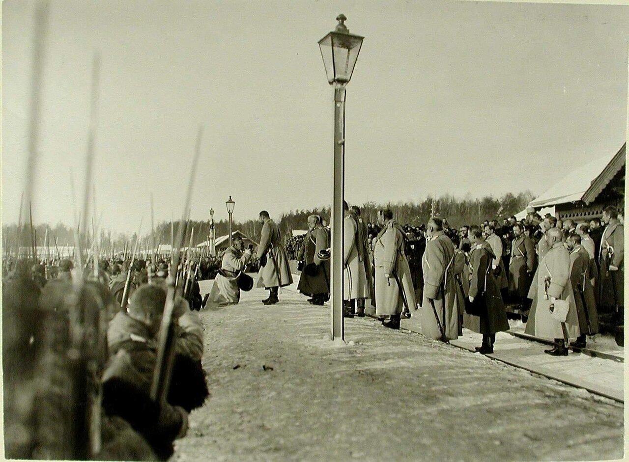 08. Солдат одного из полков принимает икону из рук императора Николая II