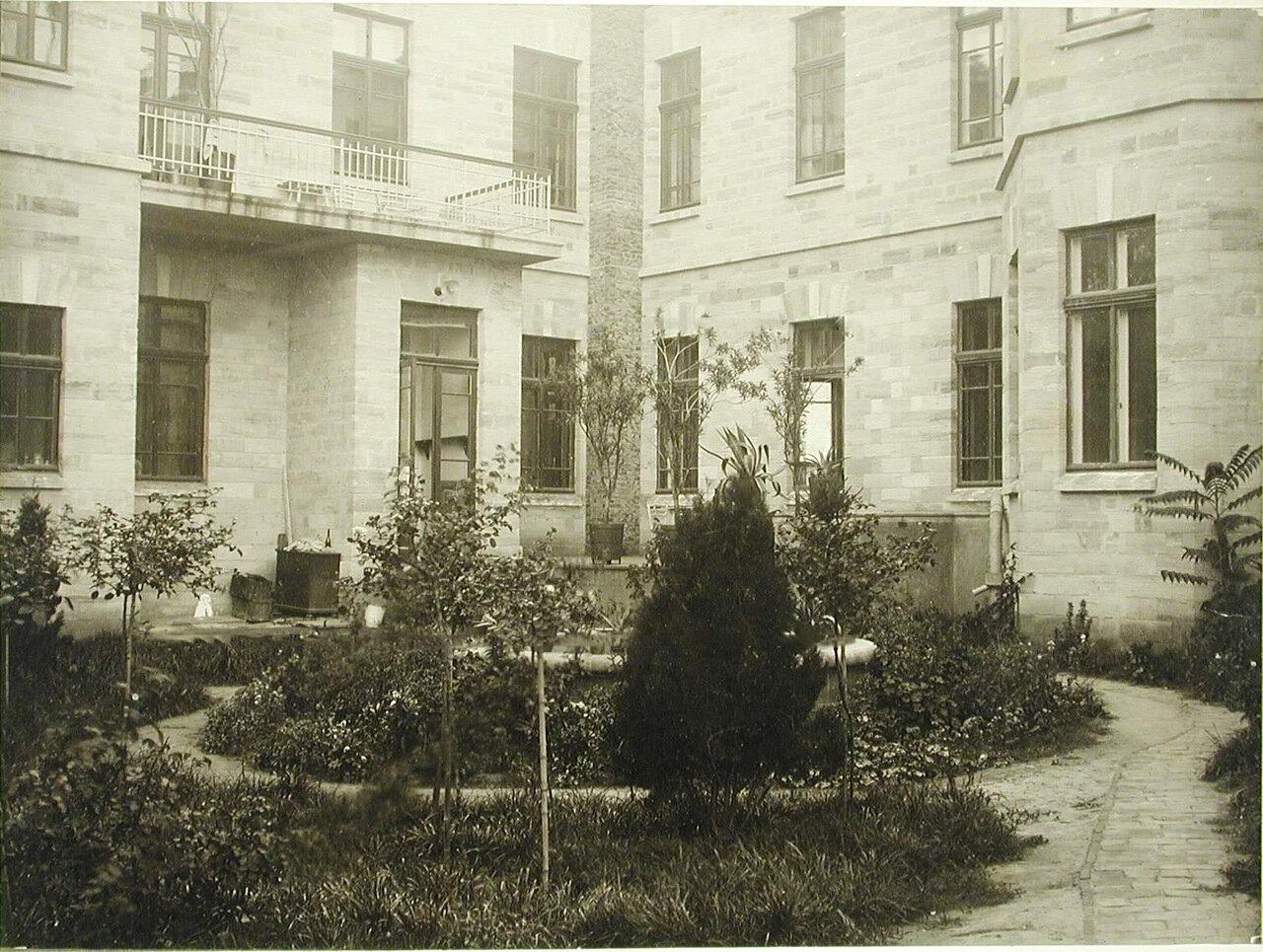 14. Сад с фонтаном во дворе здания больницы