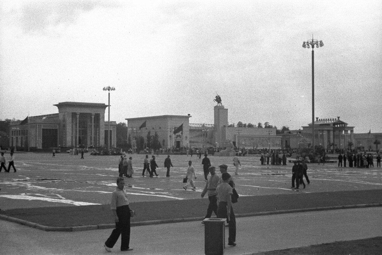 97. Юго-западная сторона Площади колхозов. Павильоны Азербайджанской ССР, Поволжья и Белорусской ССР