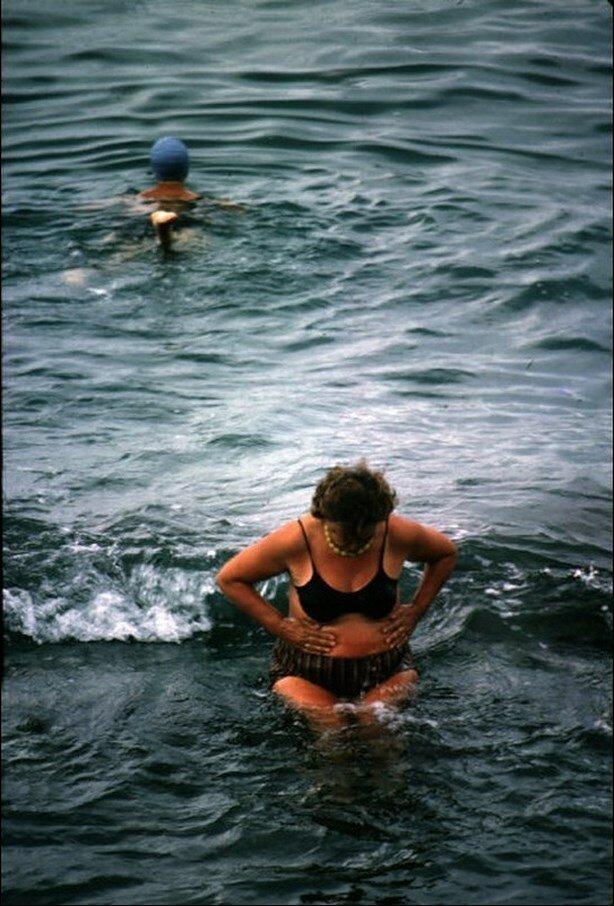 Сочи. Купальщицы в поразительных купальных костюмах на берегу Черного моря