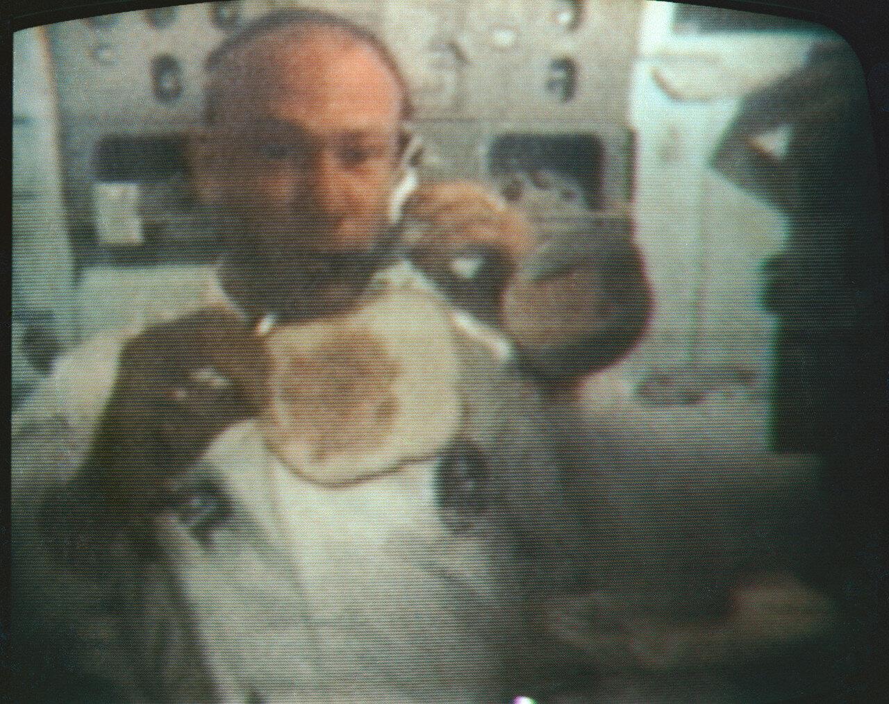 На седьмой день полёта, 22 июля, астронавты провели телетрансляцию.  Олдрин рассказал о продуктах, которые астронавты употребляют в пищу, показал, как они намазывают пасту из ветчины на кусок хлеба. На снимке: Эдвин Олдрин во время прямой телетрансляции