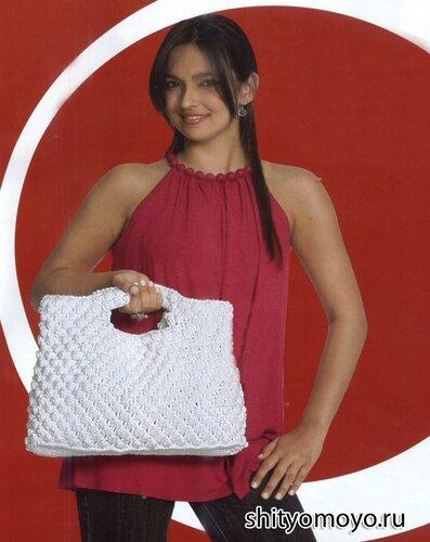 Белая летняя сумка, связанная крючком узором «попкорн»
