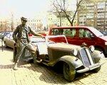 Ретро авто и памятник у цирка на Цветном бульваре