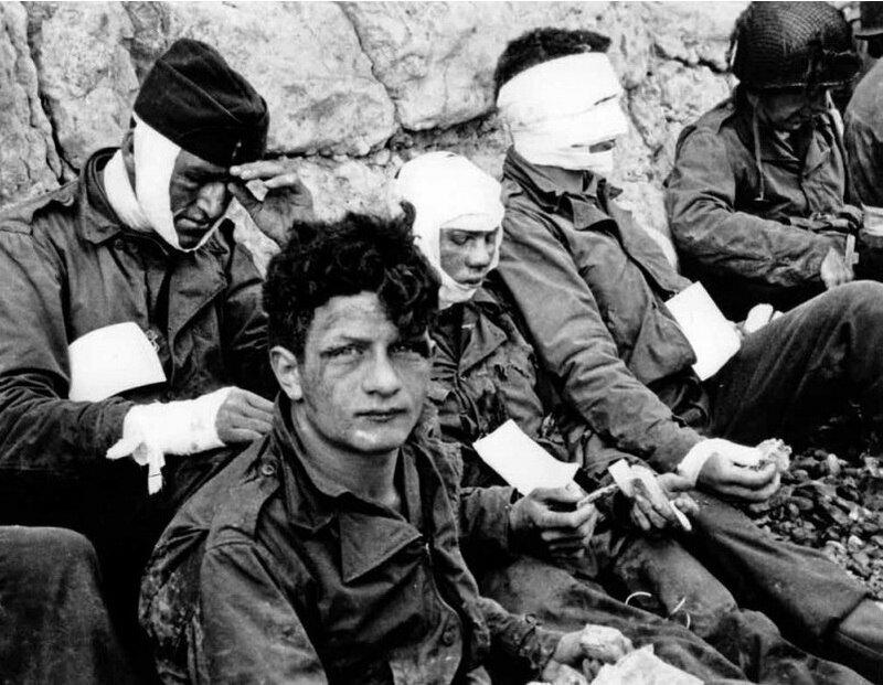 фото Тейлор (Армия США). Американские солдаты, получившие ранения на Омаха-бич. 6 июня 1944.jpg