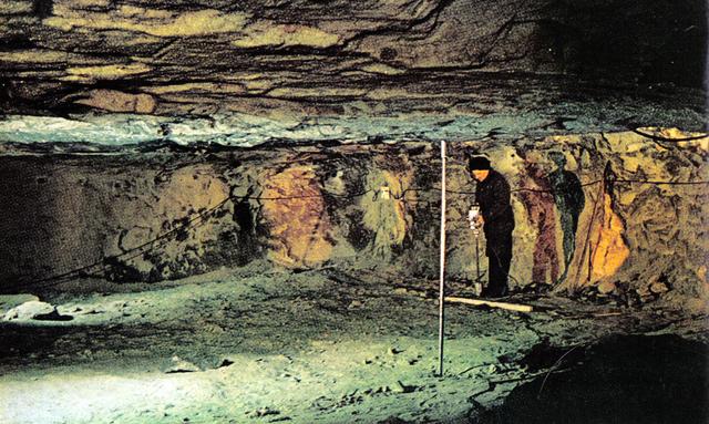 158 Исследовательстая пещера Института Мерзлотоведения (в Якутске). Ученый бурит дырку и берет образцы на исследование.jpg