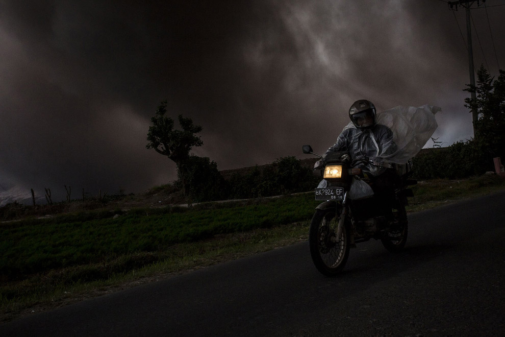 13. Действующий щитовой вулкан Питон-де-ла-Фурнез на юго-востоке острова Реюньон в Индийском ок
