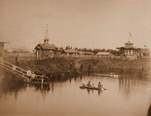 Вид  павильона выставки у пруда.