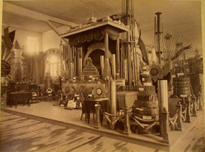 Витрина с изделиями Белорецких заводов в горнозаводском отделе выставки.