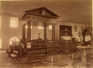 Витрина с изделиями Нижне-Тагильских и Луньевских в одном из отделов выставки.