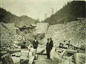 Работники на строительстве моста на 8-й версте Кругобайкальской железной дороги