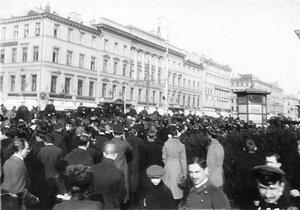 Участники манифестации и конная полиция на Невском проспекте у Казанского собора.