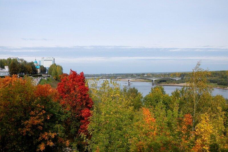 Осень в Александровском саду: набережная и мост через Вятку