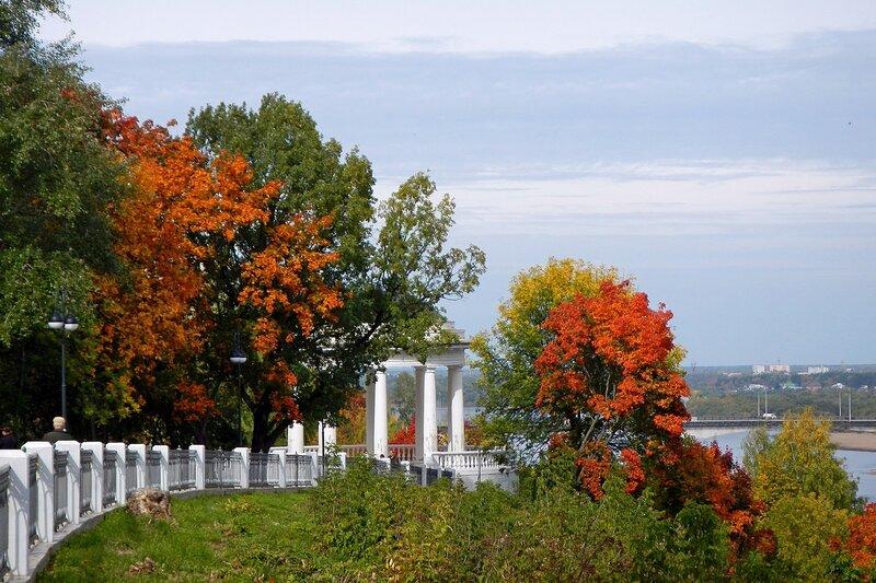 Осень в Александровском саду: береговая ротонда за листвой дубов