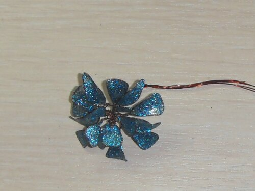 Объемные цветы из проволоки и лака