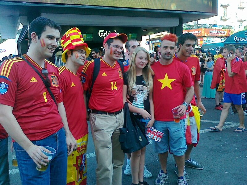 Болельщики сборной Испании в фан-зоне Киева