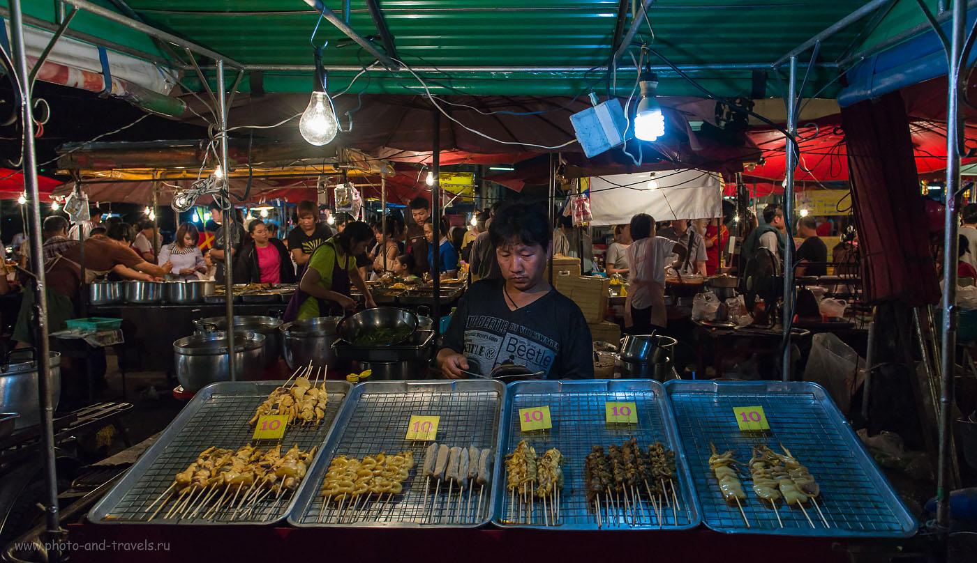 Фотография 4. Читатель. Ночной рынок у вокзала в городе Пхитсанулок в Таиланде.  (1/800)