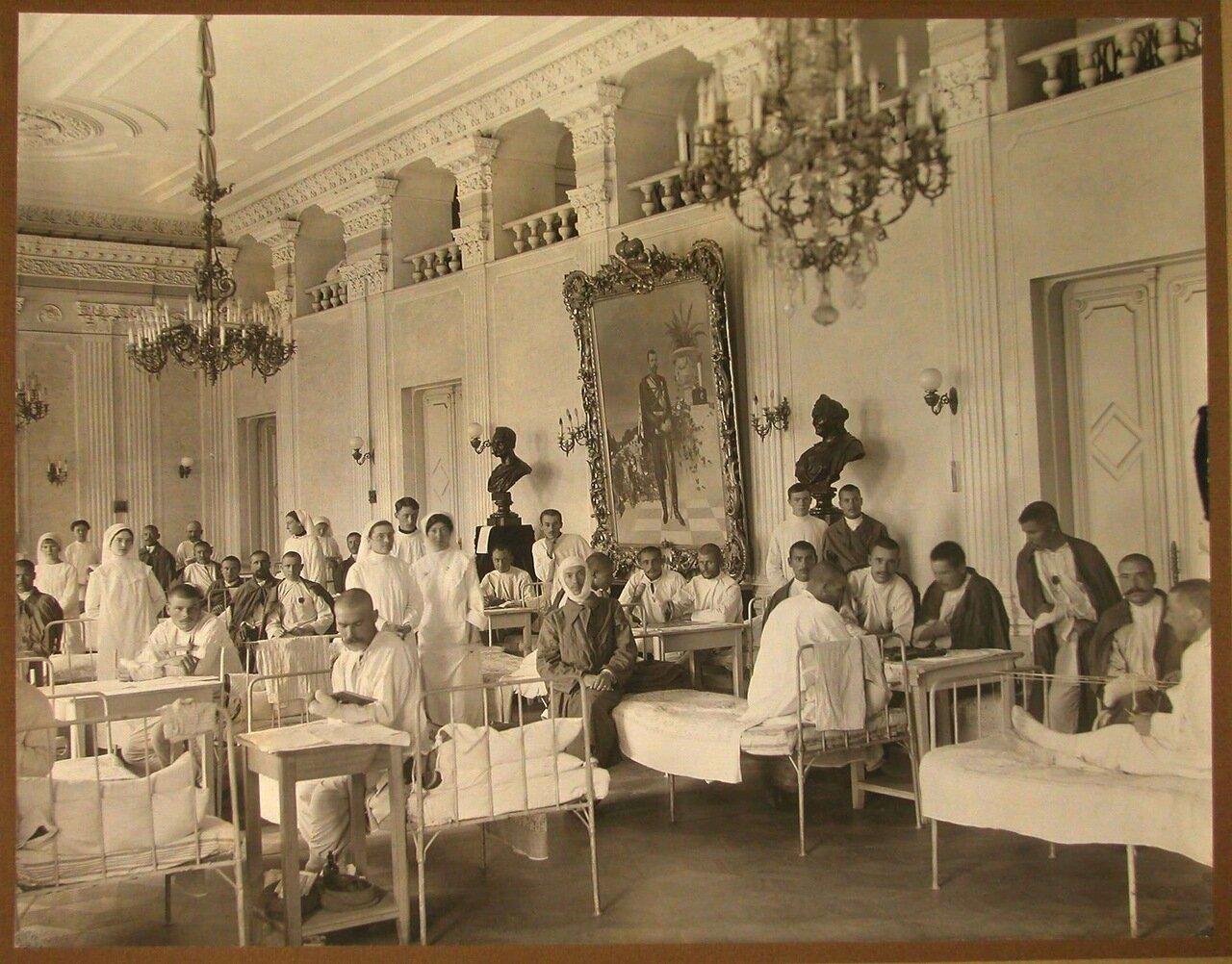 03. Раненые и медицинский персонал в одной из палат бывшего зала Дворянского собрания