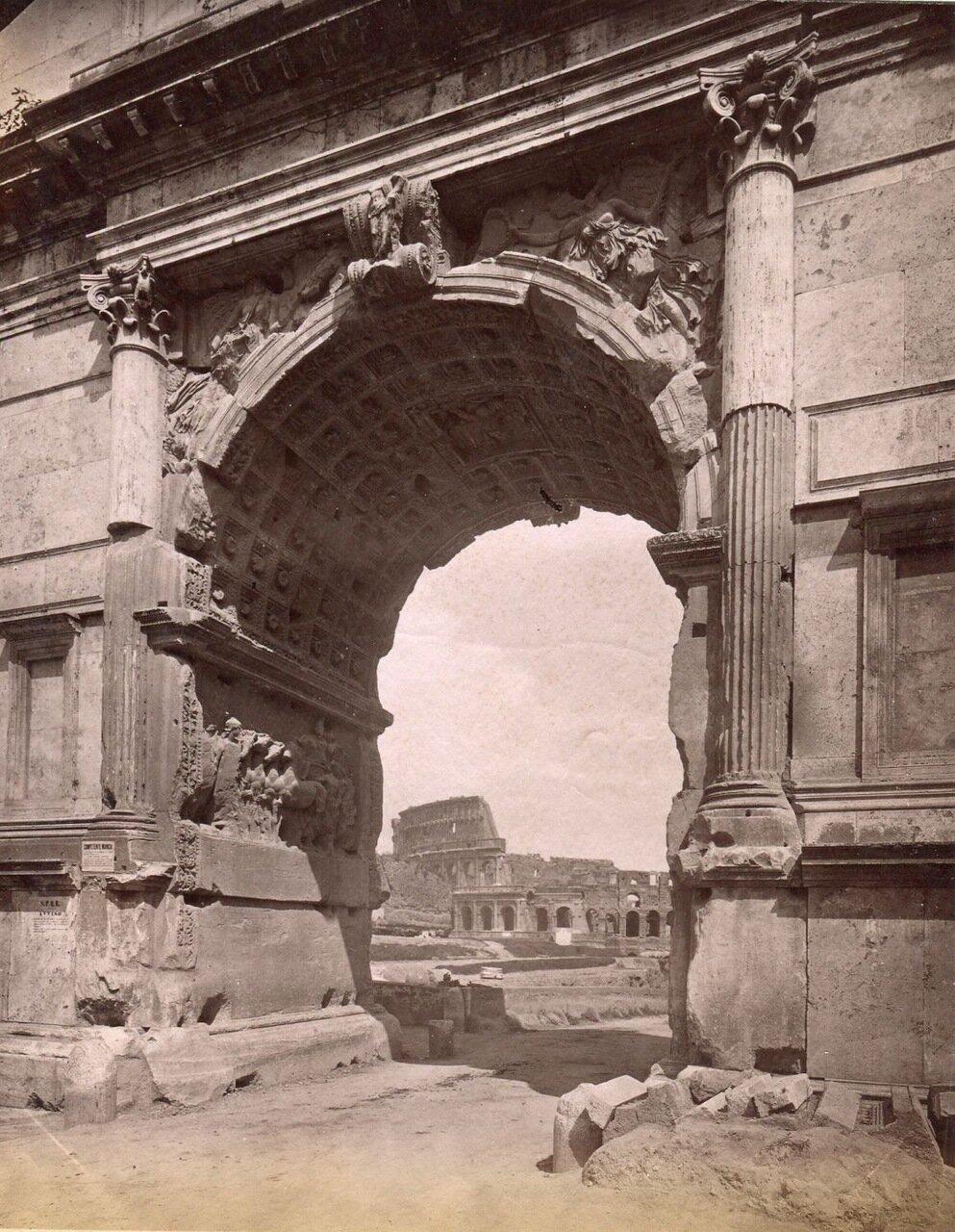Вид Колизея через триумфальную арку Тита