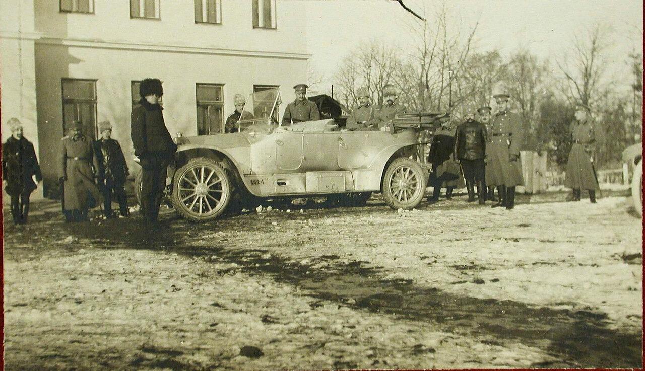 05. Великий князь Александр Михайлович и сопровождающие его лица в автомобиле во время посещения роты