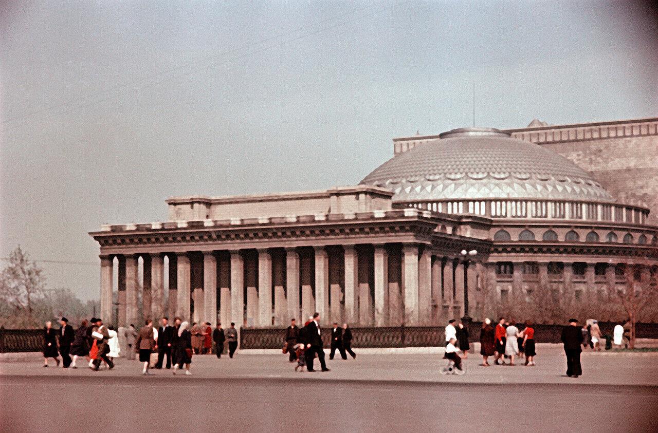 У Оперного театра