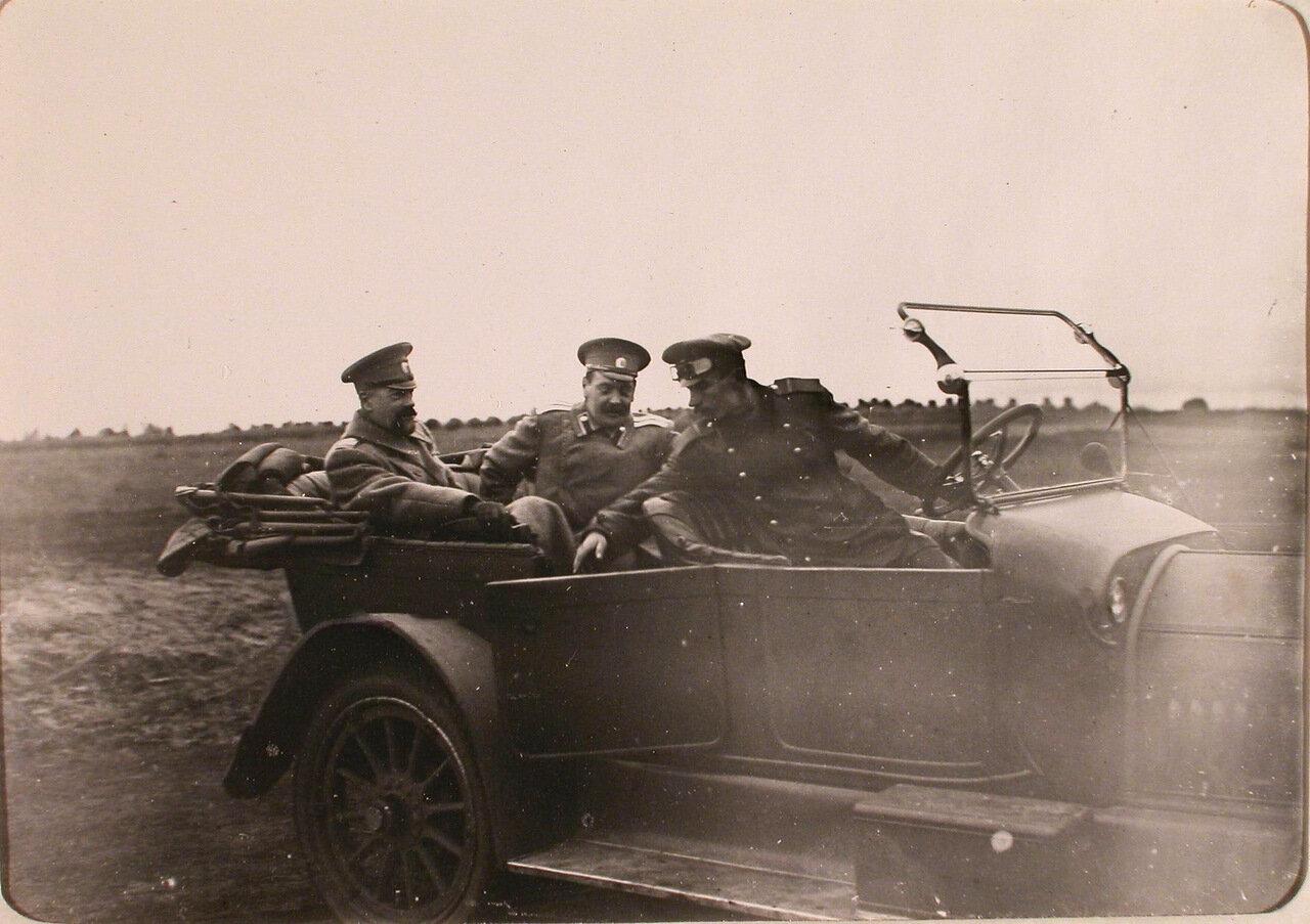 01. Великий князь Александр Михайлович (крайний слева) и сопровождающий его офицер в автомобиле во время приезда на аэродром