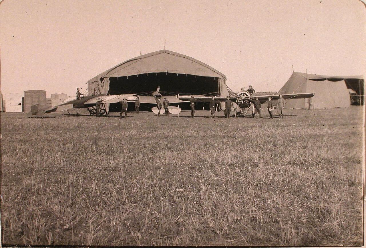05. Группа военных у летательного аппарата на временном аэродроме роты