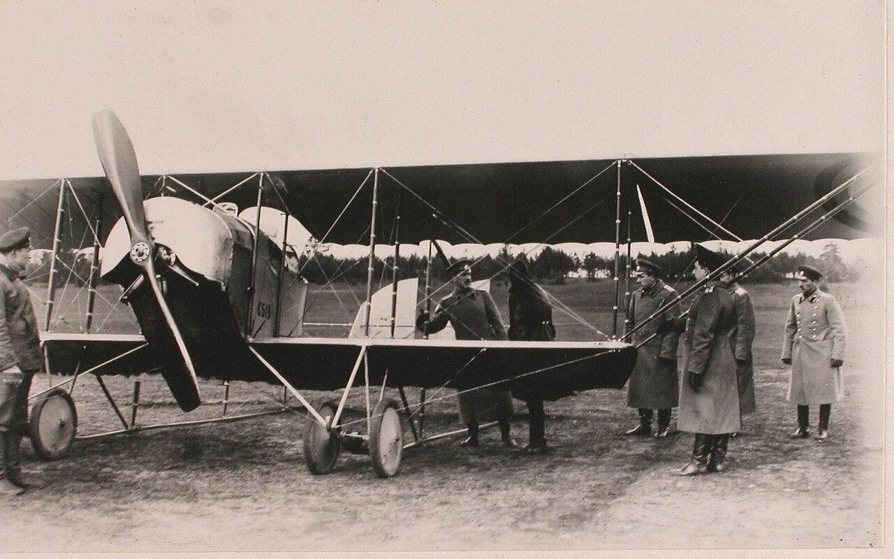 42.  Генерал Фогель (в центре) и сопровождающие его офицеры за осмотром летательных аппаратов на аэродроме во время инспектирования 5-ой армии при формировании V-го авиадивизиона