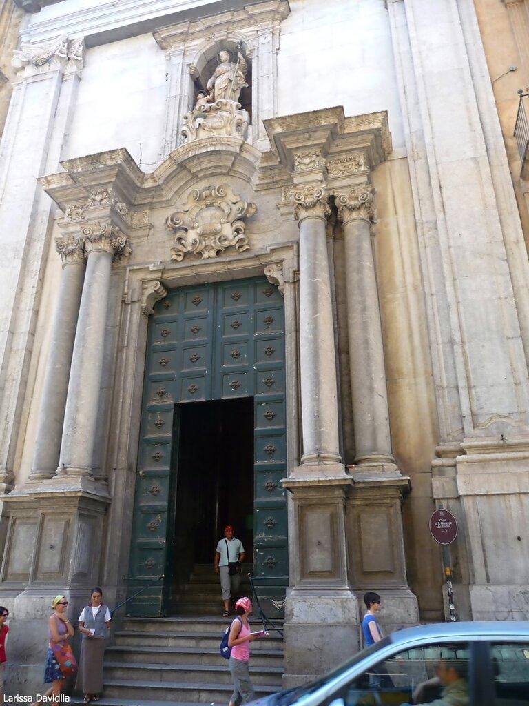 Главный вход в церковь.