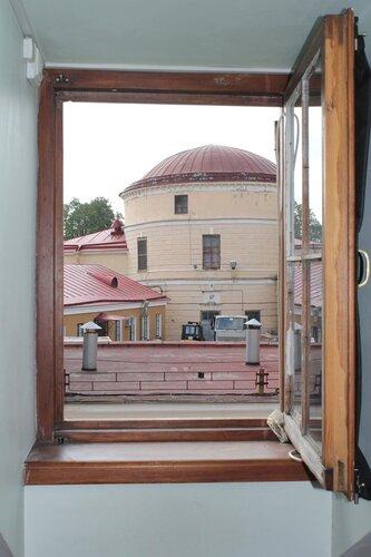 Вид в окно на Петропавловскую крепость