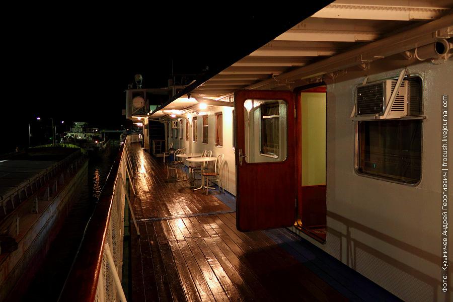 Левый борт шлюпочной палубы ночью