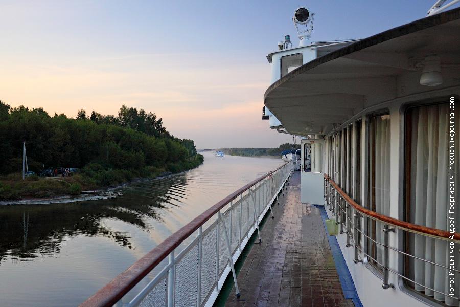 Утренний правый борт шлюпочной палубы теплохода