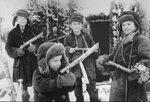 В партизанском лесу. Дети играют в войну..jpg