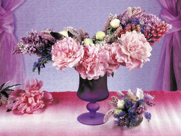цветы в вазе букет пионы люпины.