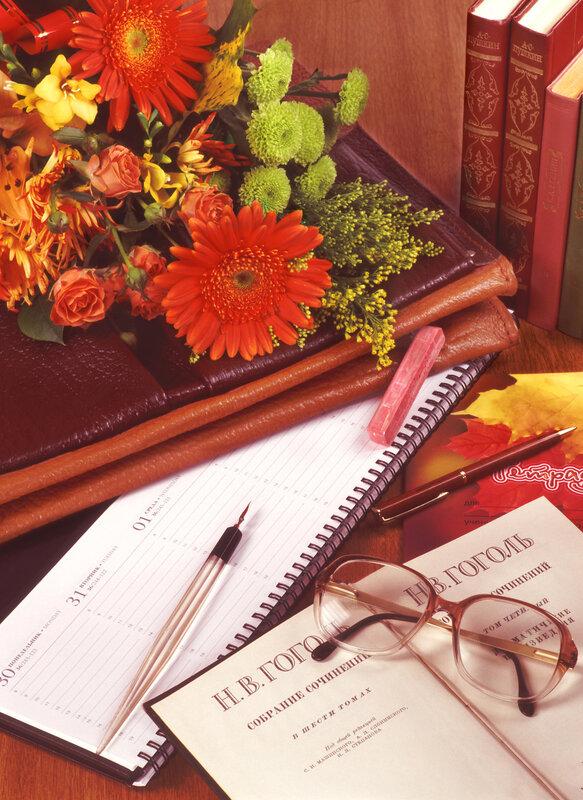 Открытка с днем учителя цветы на книге, народного костюма