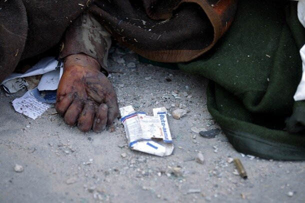 A picture shows the hand of a Libyan sol