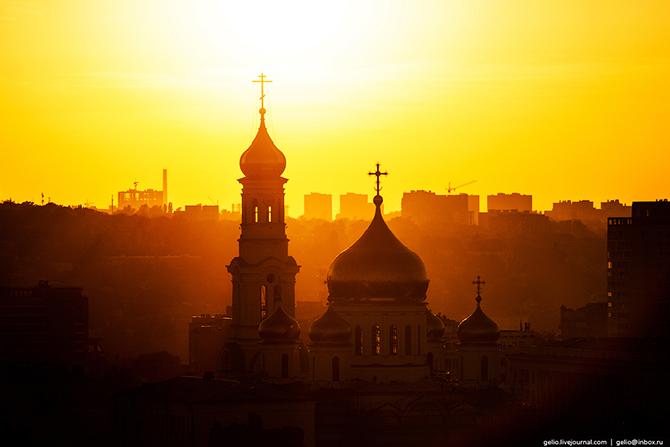 Главный храм Ростовской епархии построен в 1860??г. по проекту архитектора К. А. Тона. (подобный про