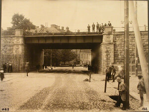 Группа мужчин на Остробрамском мосту. Вильна ст.