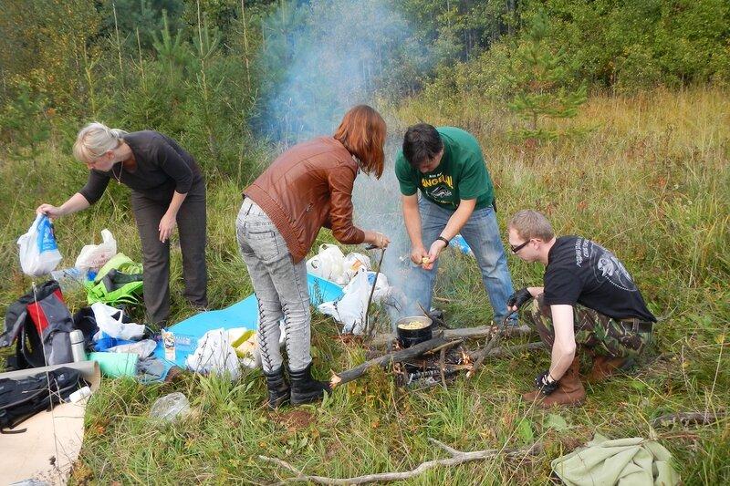 готовим грибовницу на костре - режем картошку