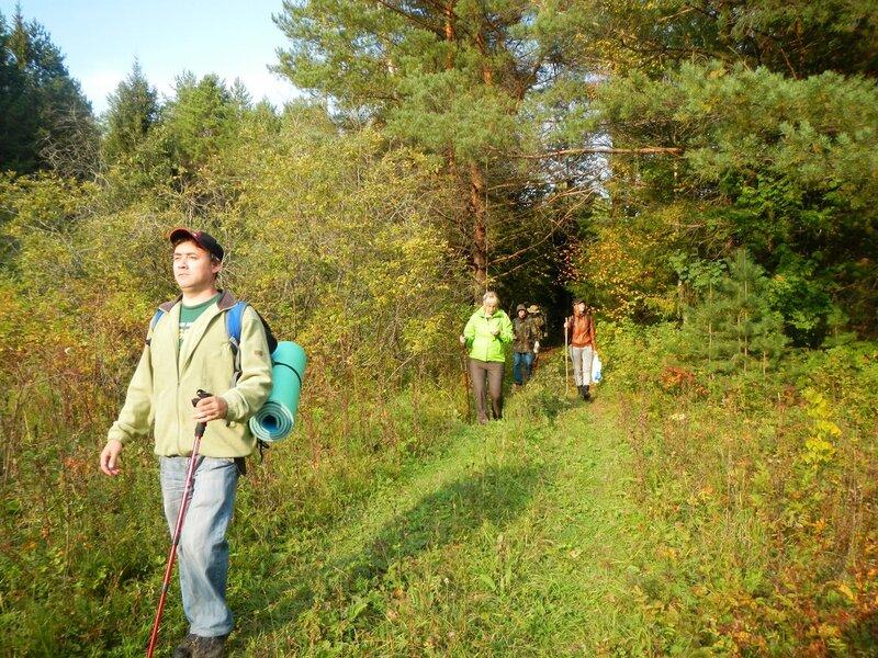 Наша походная группа выходит из леса