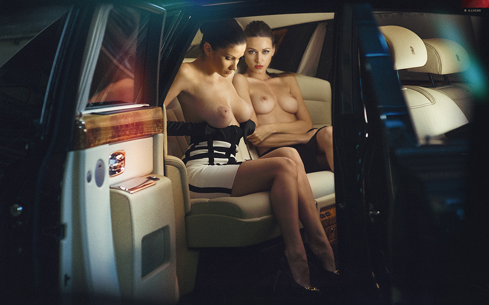 Две девушки ню в салоне автомобиля