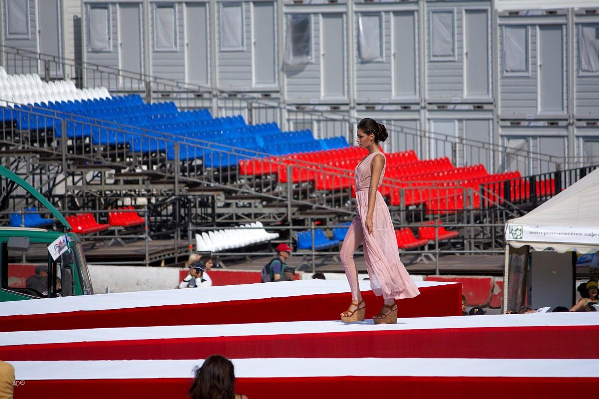 Показ новой коллекции одежды дизайнера Антонины Шаповаловой на Васильевском спуске