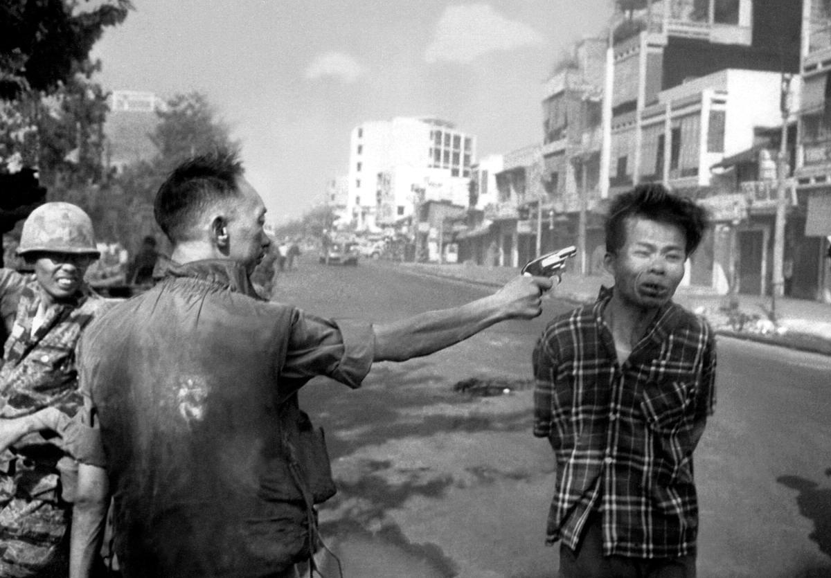Южновьетнамский генерал Nguyen Ngoc Loan, шеф национальной полиции, на улице Сайгона стреляет из пистолета в голову задержанного, которого подозревают в связях с партизанами