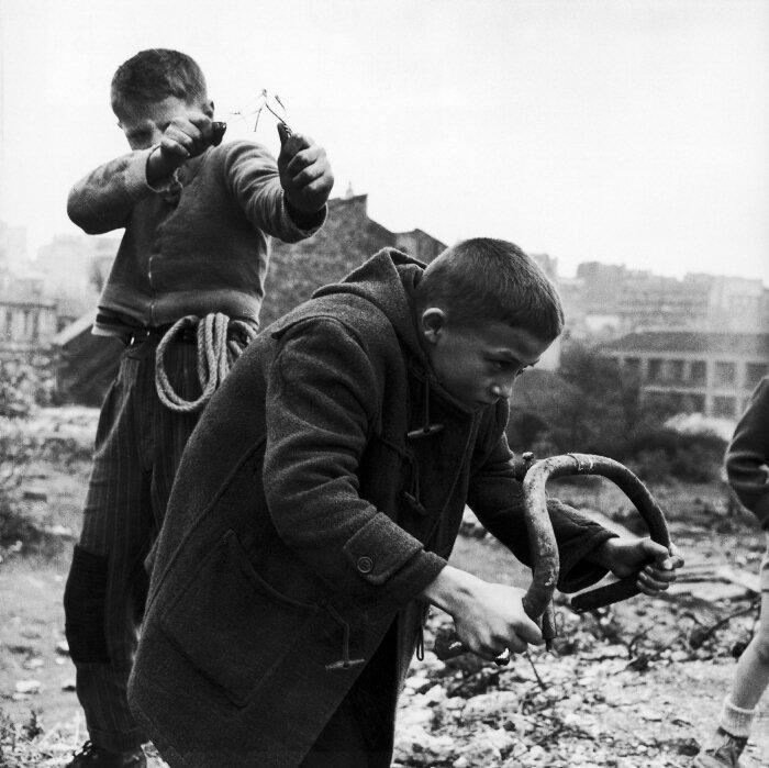 1945. Дети играют на пустыре