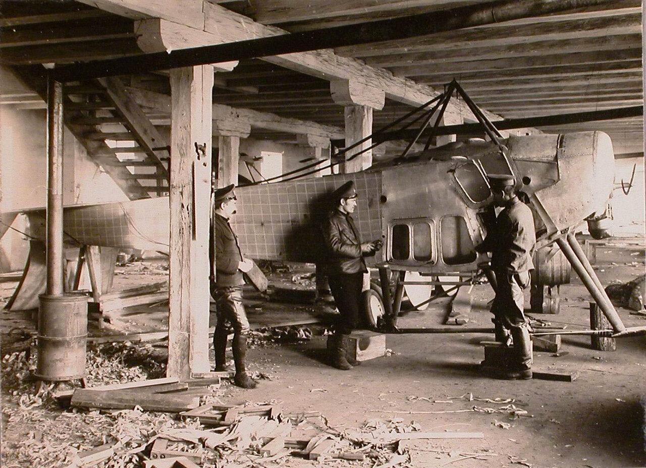 02. Группа техников отряда за ремонтом летательного аппарата в мастерской г. Терещенко. 1914. Люблин